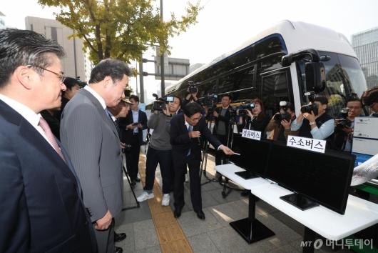 [사진]경유-수소버스 공회전 매연율 설명듣는 이낙연 총리