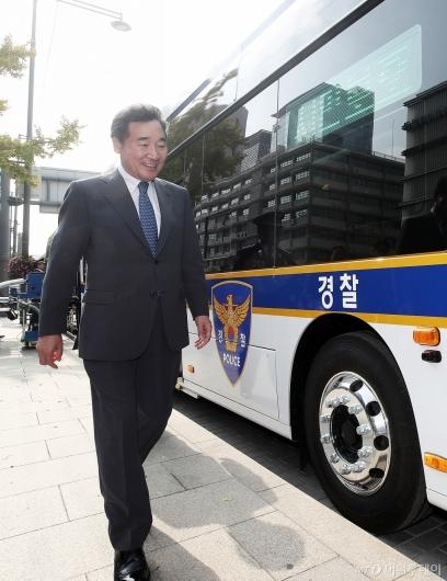 [사진]경찰 수소버스 탑승하는 이낙연 총리