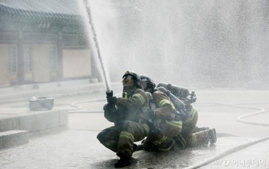 [사진]2019 재난대응훈련 '화재진압 훈련하는 소방대원들'