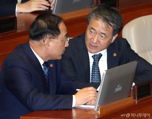 [사진]대화하는 홍남기-박능후