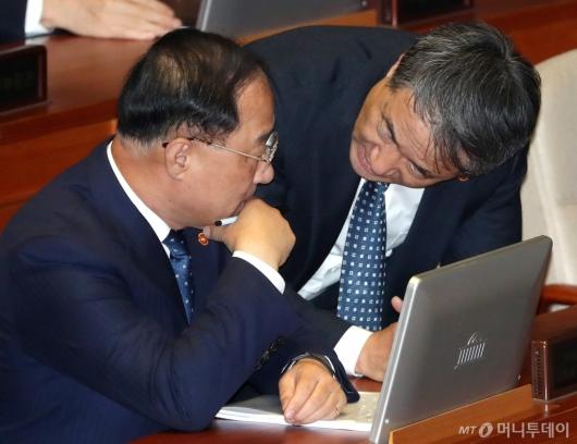 [사진]의견 나누는 홍남기-박능후