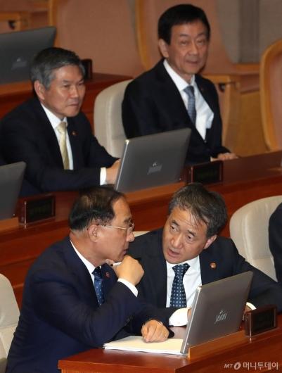 [사진]이야기 나누는 홍남기-박능후
