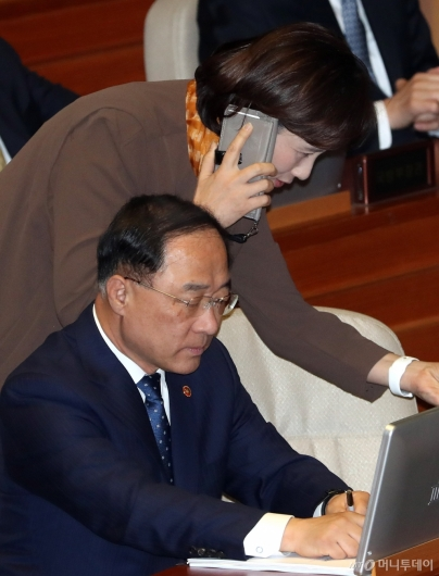[사진]국회 본회의 참석한 홍남기-유은혜