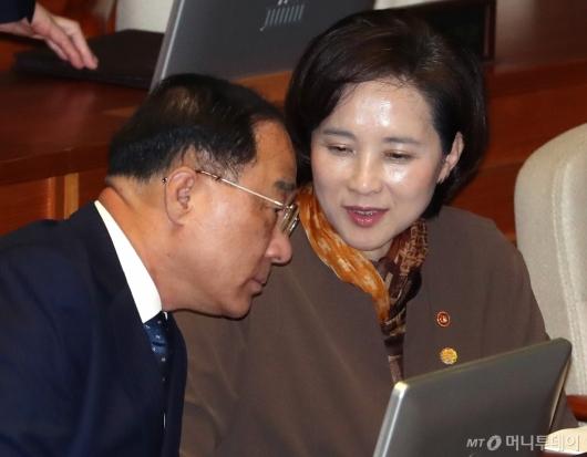 [사진]머리 맞댄 홍남기-유은혜