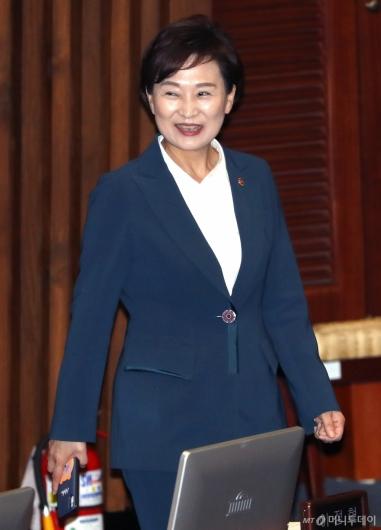 [사진]국회 본회의 참석하는 김현미 장관