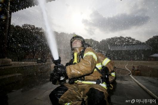 [사진]사찰 화재진압 훈련하는 소방대원