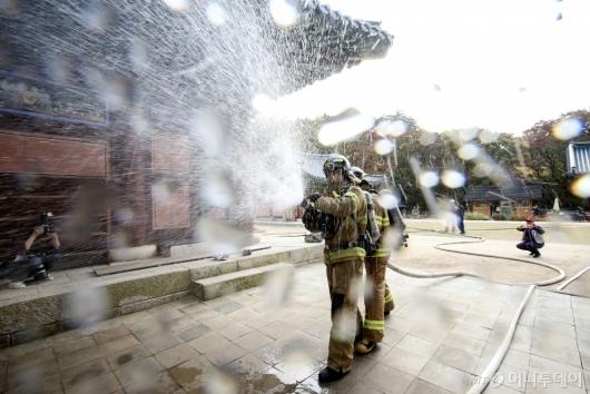 [사진]'사찰 화재진압훈련하는 소방대원들'