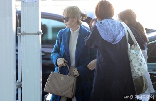 [사진]김선아 '스태프와 함께 영화 속 장면 처럼'