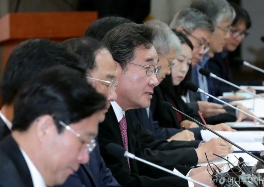 [사진]미세먼지특별대책위 회의 주재하는 이낙연 총리