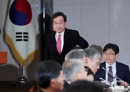 [사진]미세먼지특별대책위 회의 참석하는 이낙연 총리