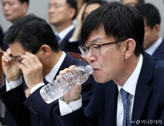 [사진]물 마시는 김상조