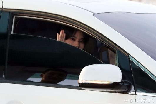 [사진]배진영 '창밖의 팬에게 인사'