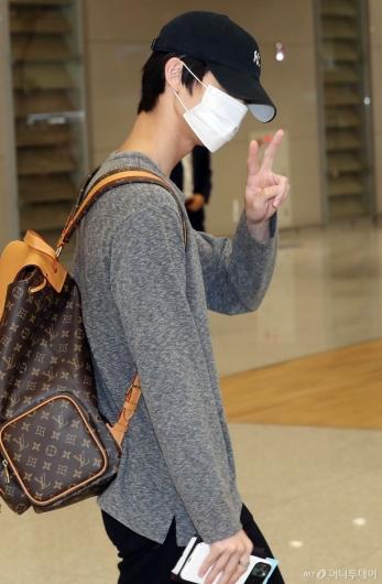 [사진]CIX 배진영 '피곤해도 인사는 브이!'