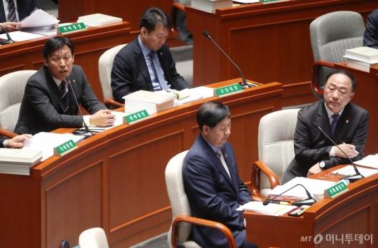 [사진]질의 답변하는 김영문 관세청장