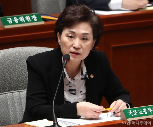 [사진]예결위 답변하는 김현미 장관