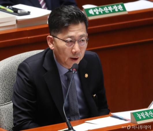 [사진]예결위 답변하는 김현수 장관