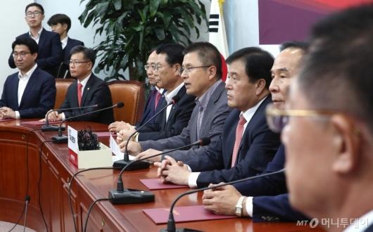 [사진]총선기획단회의 발언하는 황교안