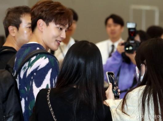 [사진]여진구 '팬들에게 꿀미소 인사'