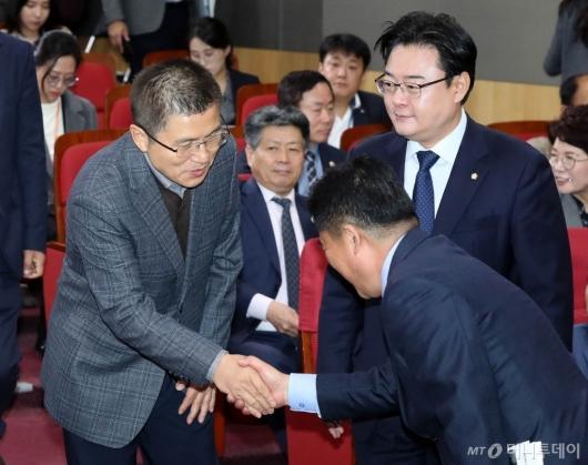 [사진]악수하는 황교안-김규환