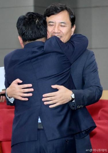 [사진]포옹하는 김진태-김규환