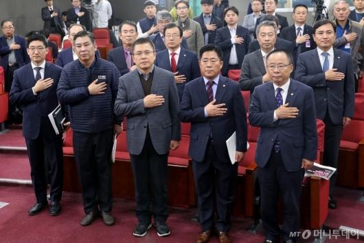 [사진]국민의례하는 황교안
