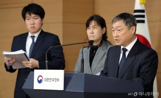 [사진]학생부종합전형 실태조사 결과 발표하는 박백범 차관