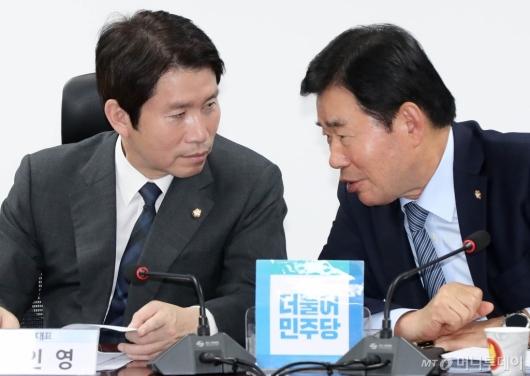 [사진]의견 나누는 이인영-김진표