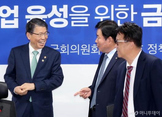 [사진]의원들과 대화하는 은성수