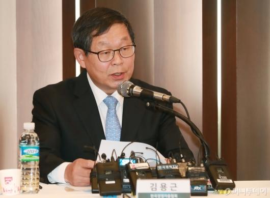 [사진]경제관련법 조속입법 촉구하는 김용근 경총 상근부회장