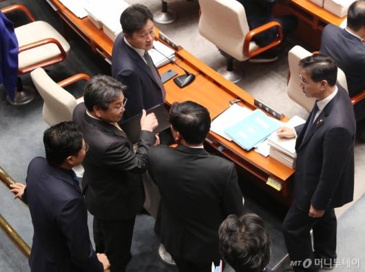 [사진]의원들과 대화하는 강기정