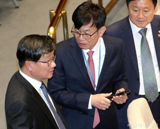 [사진]전해철과 대화하는 김상조
