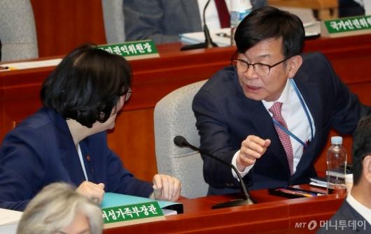 [사진]이야기 나누는 김상조-이정옥