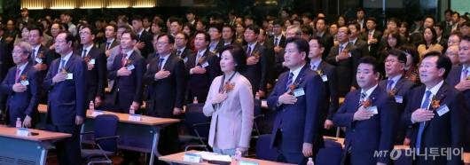 [사진]국민의례하는 '동반성장주간 기념식' 참석자들