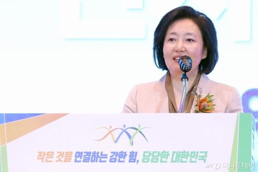 [사진]'동반성장주간 기념식' 인사말하는 박영선 장관