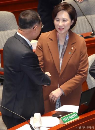 [사진]이야기 나누는 홍남기-유은혜