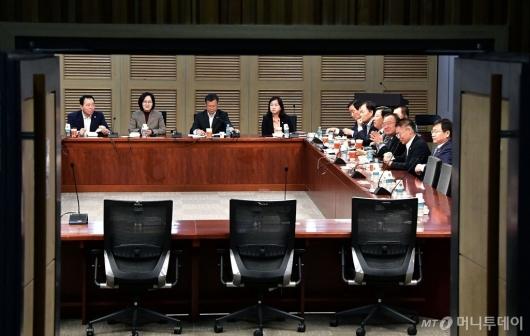 [사진]총선 논의하는 한국당 의원들