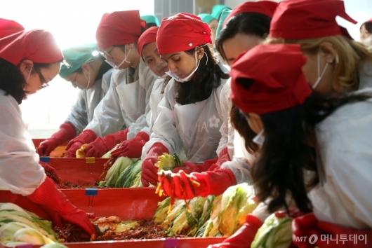 [사진]사랑의 김장 담는 이화여대 학생들