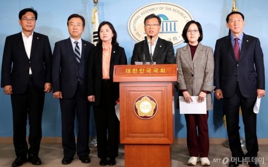 [사진]총선 관련 기자회견하는 한국당 초선