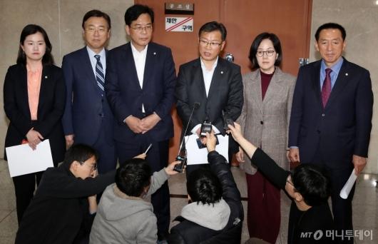 [사진]답변하는 한국당 초선 의원들