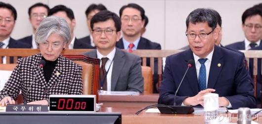 [사진]탈북주민 소환 질의에 난감한 김연철