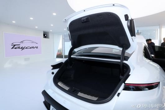 [사진]포르쉐 타이칸 터보 S '넓은 후면 트렁크'