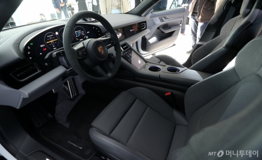 [사진]포르쉐 타이칸 터보 S '넓은 실내공간'