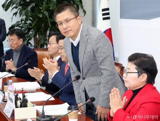 [사진]박수 받는 황교안