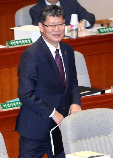 [사진]예결위 출석하는 김연철