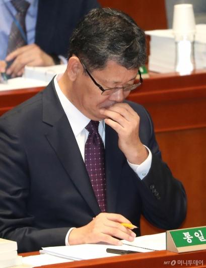 [사진]생각에 잠긴 김연철 장관
