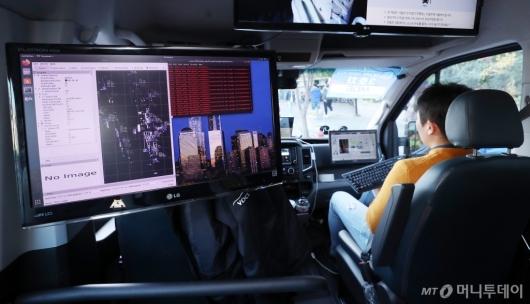 [사진]시범운행 중인 자율주행 셔틀버스