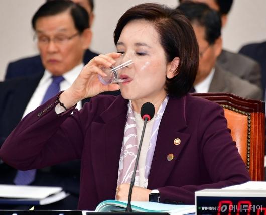 [사진]물 마시는 유은혜 부총리