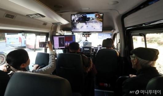 [사진]자율주행 셔틀버스 탑승한 시민들