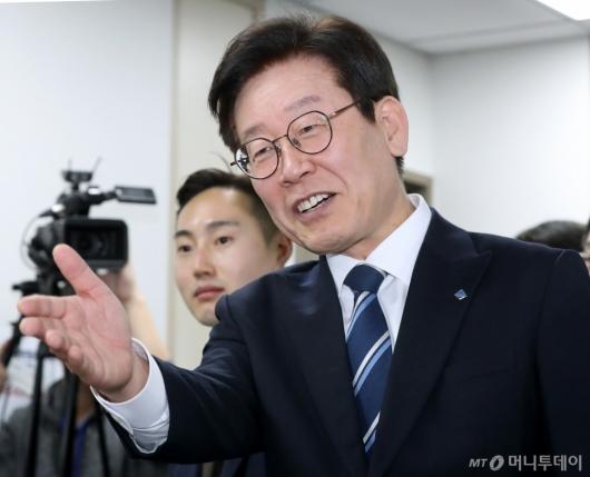 [사진]경기도 예산정책협의회 참석하는 이재명