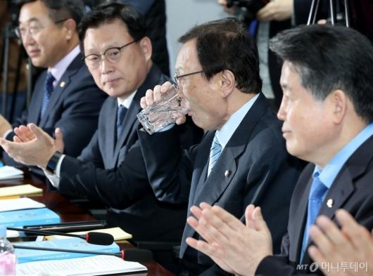 [사진]물 마시는 이해찬 대표